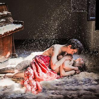 Фото Парень с девушкой лежат на полу, покрытые перьями, фотограф Andreea Chiru