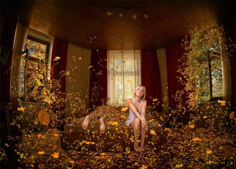 Фото Ветер засыпает осенней листвой комнату, девушка сидит на диване рядом с лежащим на нем мужчиной, фото Nina Piatrouskaya / Нина Петровская