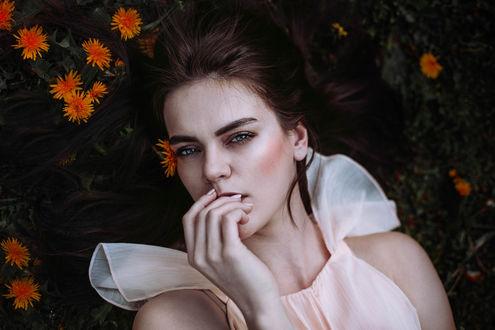Фото Девушка лежит на земле с цветами, by kassio. epia