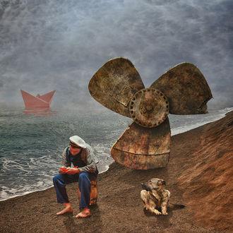 Фото Моряк сидит на берегу после кораблекрушения рядом с собакой, в море виден алый бумажный кораблик, работа Ассоль немного подождет фотографа FishWoodd