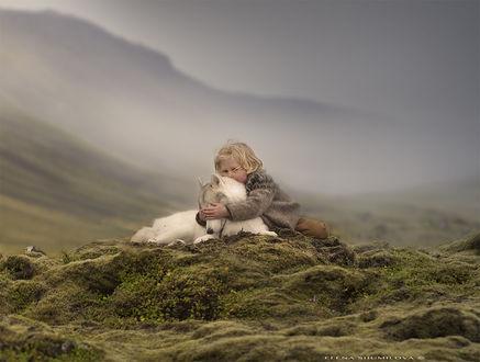 Фото Мальчик обнимает свою собаку, фотограф Elena Shumilova