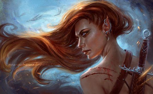 Фото Рыжеволосая девушка-эльф с ранами на левом плече и сережкой в виде дракона на ухе, by Inna-Vjuzhanina
