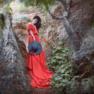 Фото Дквушка в красном платье и шляпой в руке, фотограф Ирина Джуль