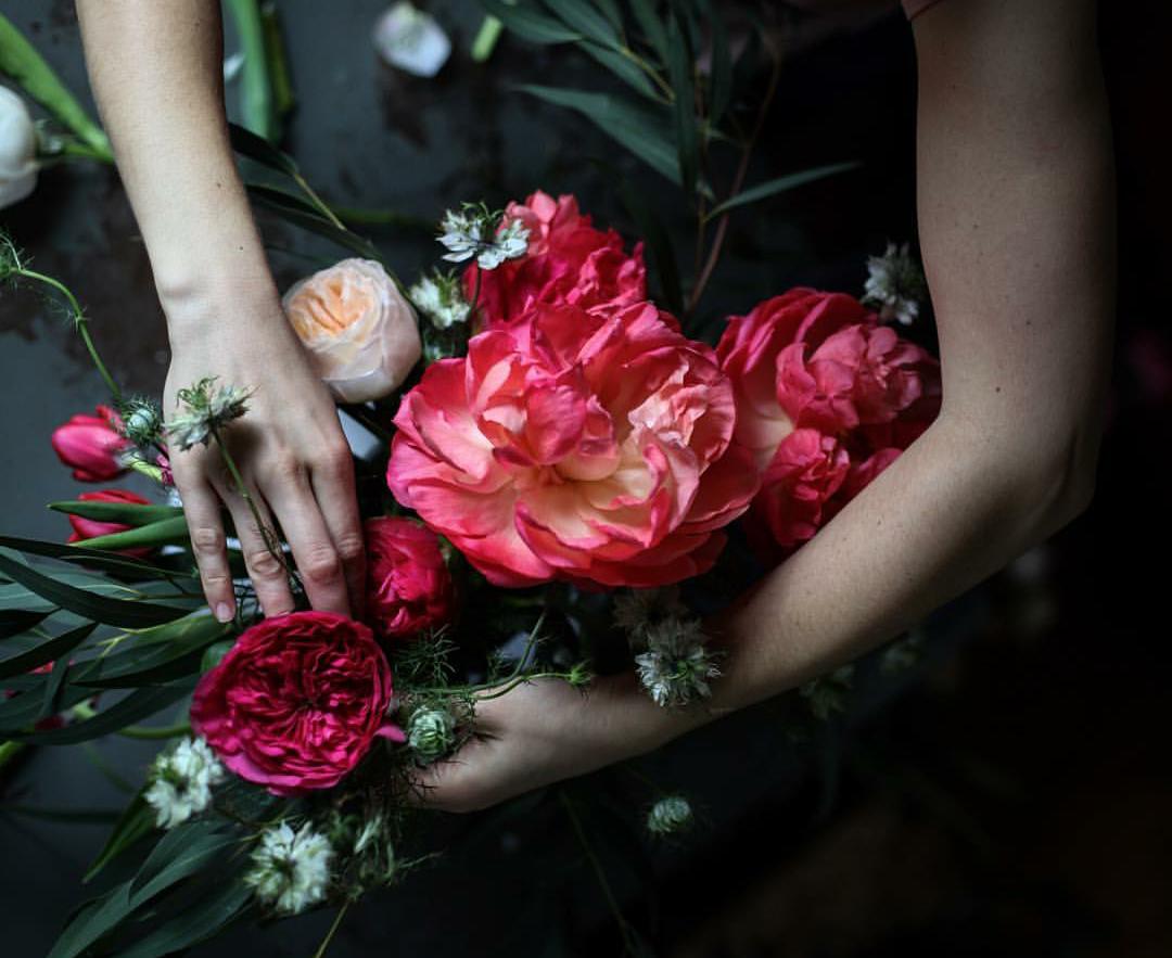 Картинка с девушки с цветами на руках