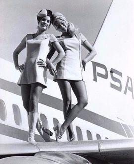 Фото Две девушки стоят на крыле самолета