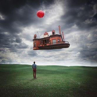 Фото Мужчина наблюдает за улетающим на воздушном шаре домом, by Logan Zillmer