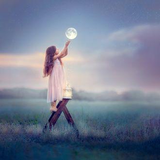 Фото Девочка стоит на стремянке и тянется к луне, фотограф Ольга Москальцова