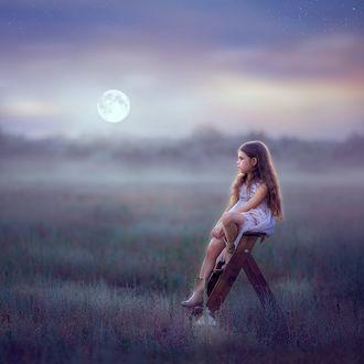 Фото Девочка сидит на стремянке на фоне луны в небе, фотограф Ольга Москальцова