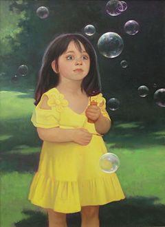 Фото Девочка с темными длинными волосами в желтом платье пускает мыльные пузыри, художница Татьяна Доронина