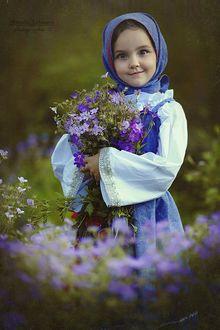 Фото Девочка с серыми глазами, повязанная в платок с букетом сиреневых цветов, фотограф Наталья Законова