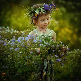 Фото Девочка стоит на поляне в веночке из цветов, фотограф Наталья Законова