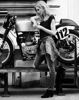 Фото Девушка стоит у мотоцикла