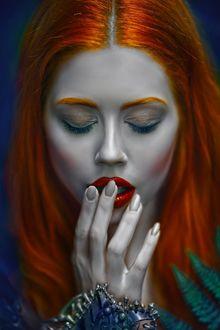 Фото Рыжеволосая девушка держит руку у рта, фотограф Agnieszka Lorek