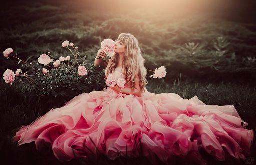 Фото Девушка в розовом платье сидит у куста розовых пионов, фотограф Светлана Беляева