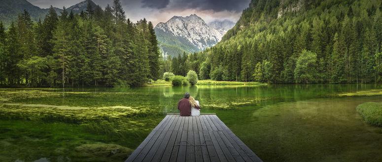 Фото Парень с девушкой сидят на причале перед шикарной панорамой природы, фотограф Beno Saradzic