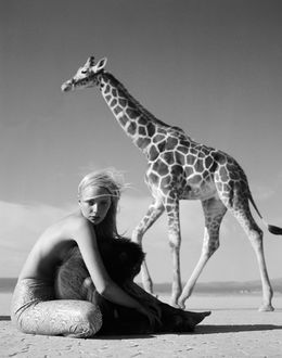 Фото Девушка с обезьяной и рядом жираф, фотограф Michel Comte