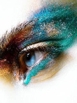 Фото Голубой глаз девушки с необычным макияжем
