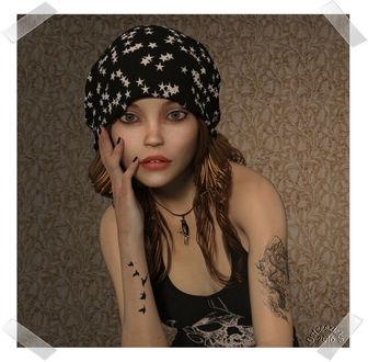 Фото Гламурная милая девушка в шапочке с тату на руке