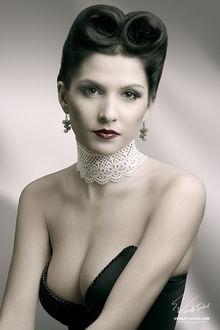 Фото Грустная гламурная девушка с кружевами на шее и сережками