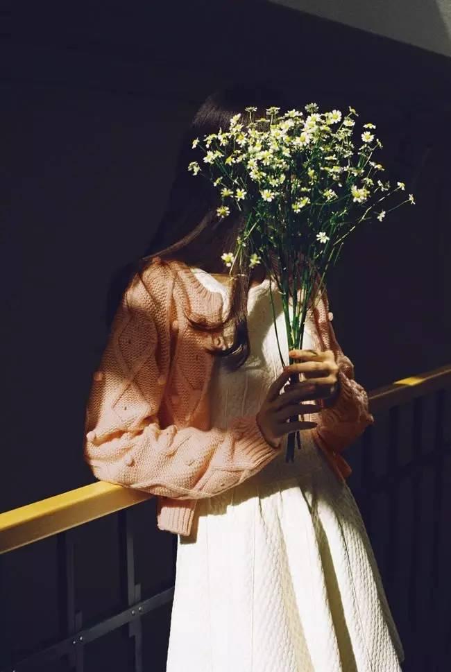 Картинка красивая девушка с цветами лица чтоб невидно было