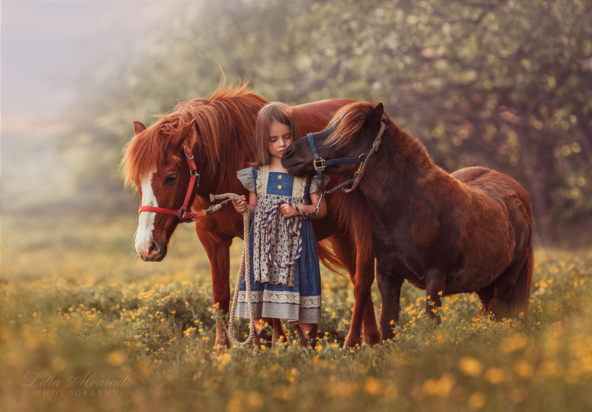Фото Девочка стоит рядом с пони, by Lilia Alvarado