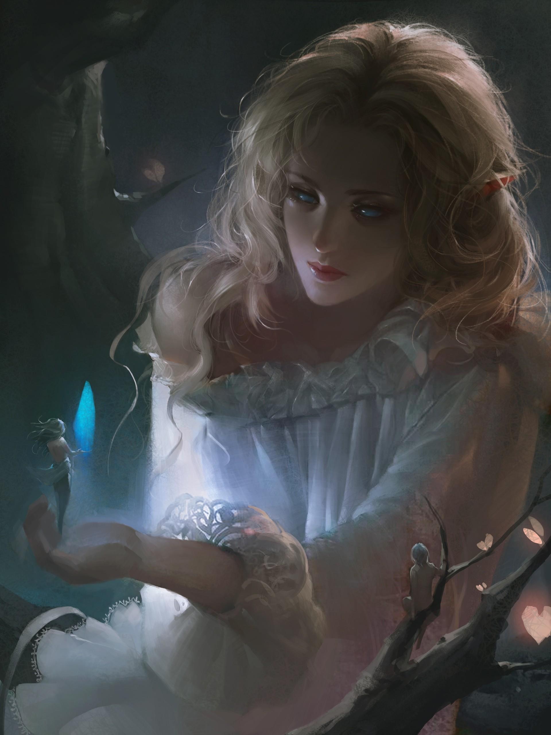 Фото Девушка - эльфийка с мифическими существами, одно из которых стоит у нее на руке