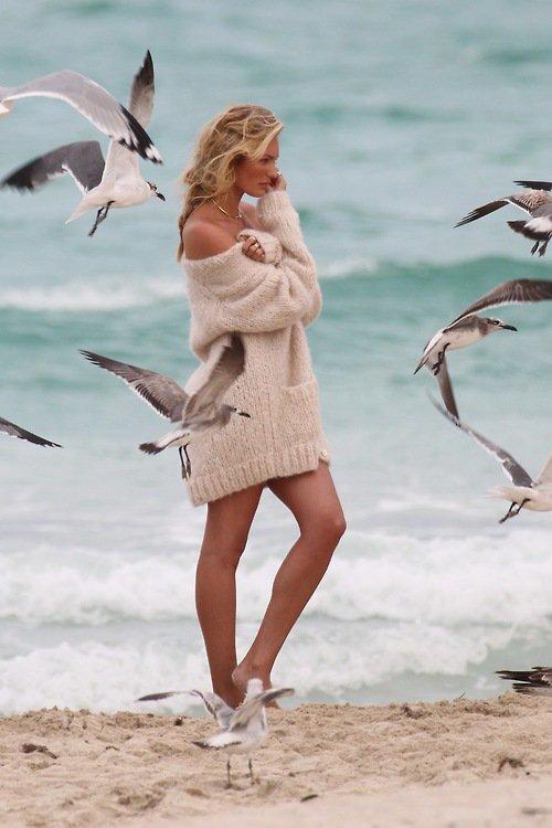 Фото Candice Swanepoel / Кэндис Свейнпол стоит у моря в окружении чаек
