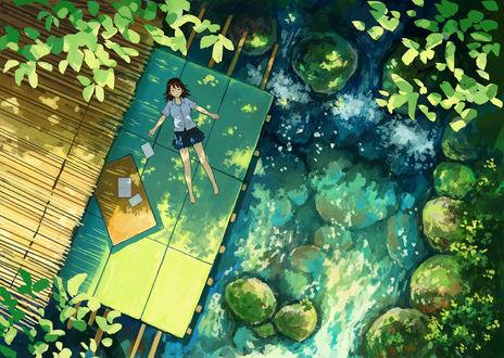 Фото Девушка лежит у воды, вид сверху