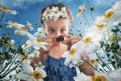 Фото Девочка с маленьким фотоаппаратом среди цветов, фотограф John Wilhelm