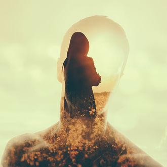 Фото Прозрачный силуэт мужчины, сквозь который видна девушка, стоящая среди цветов в лучах солнца, by Apachennov