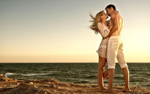 Фото Парень обнимает девушку на берегу моря