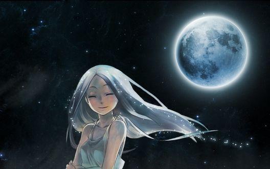 Фото Девушка с светлячками на волосах стоит под луной улыбаясь