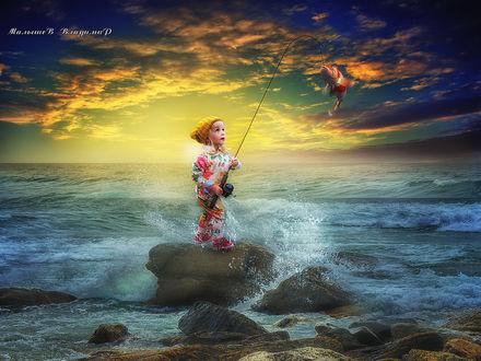 Фото Девочка, стоя на камне в море, ловит рыбу, фото Малышева Владимира