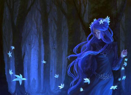 Фото Девушка с цветами в волосах в лесу, в глубине леса стоит парень, by AnekaShu