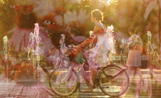 Фото Девушка на велосипеде на фоне цветов, фотограф Olga-sky7