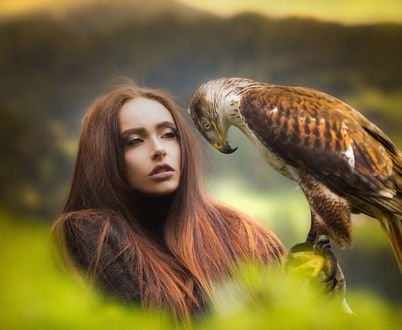 Фото Девушка с птицей на руке, фотограф Joachim Bergauer