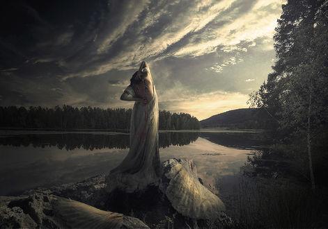 Фото Девушка с опавшими крыльями стоит на камне у воды, фотограф Серега Сергеев