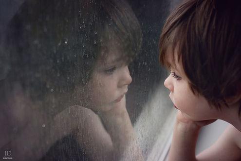 Фото Малыш смотрит в окно, за которым идет дождь, фотограф Jessica Drossin