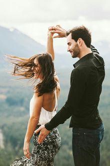 Фото Парень держит за руку свою девушку