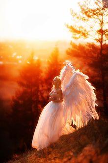 Фото Девушка в образе ангела стоит на фоне деревьев, фотогрф Мария Липина