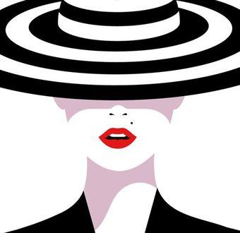 Фото Девушка в полосатой шляпке, прикрывающей глаза и приоткрытым ротиком