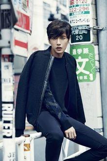 Фото Южнокорейский актер Пак Хэ Джин / Park Hae Jin сидит на перилах