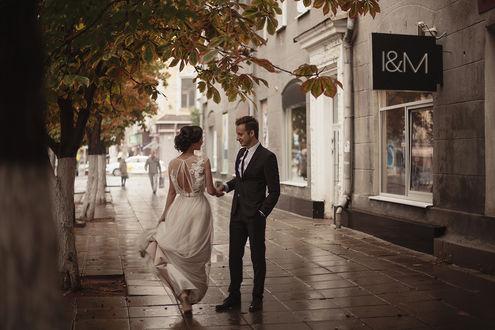 Фото Парень держит за руку свою девушку - невесту, фотограф Екатерина Ромакина