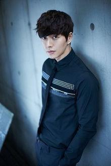 Фото Южнокорейский актер Пак Хэ Джин / Park Hae Jin стоит у стены
