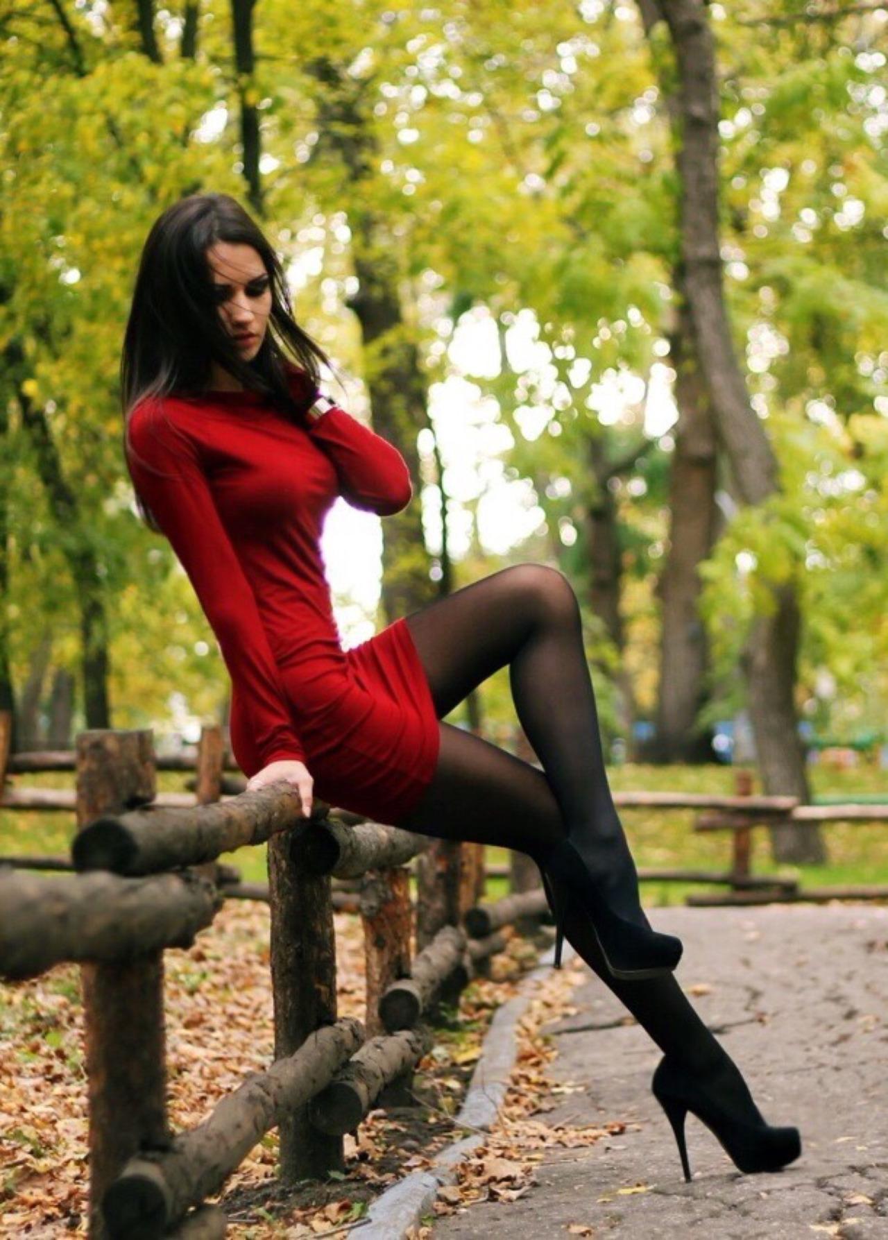 Девушки в платьях и в колготках фотографии чулках стрингах
