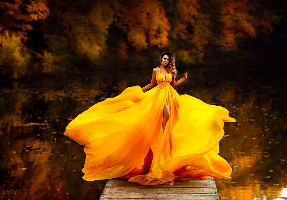 Красивые девушки в желтом платье