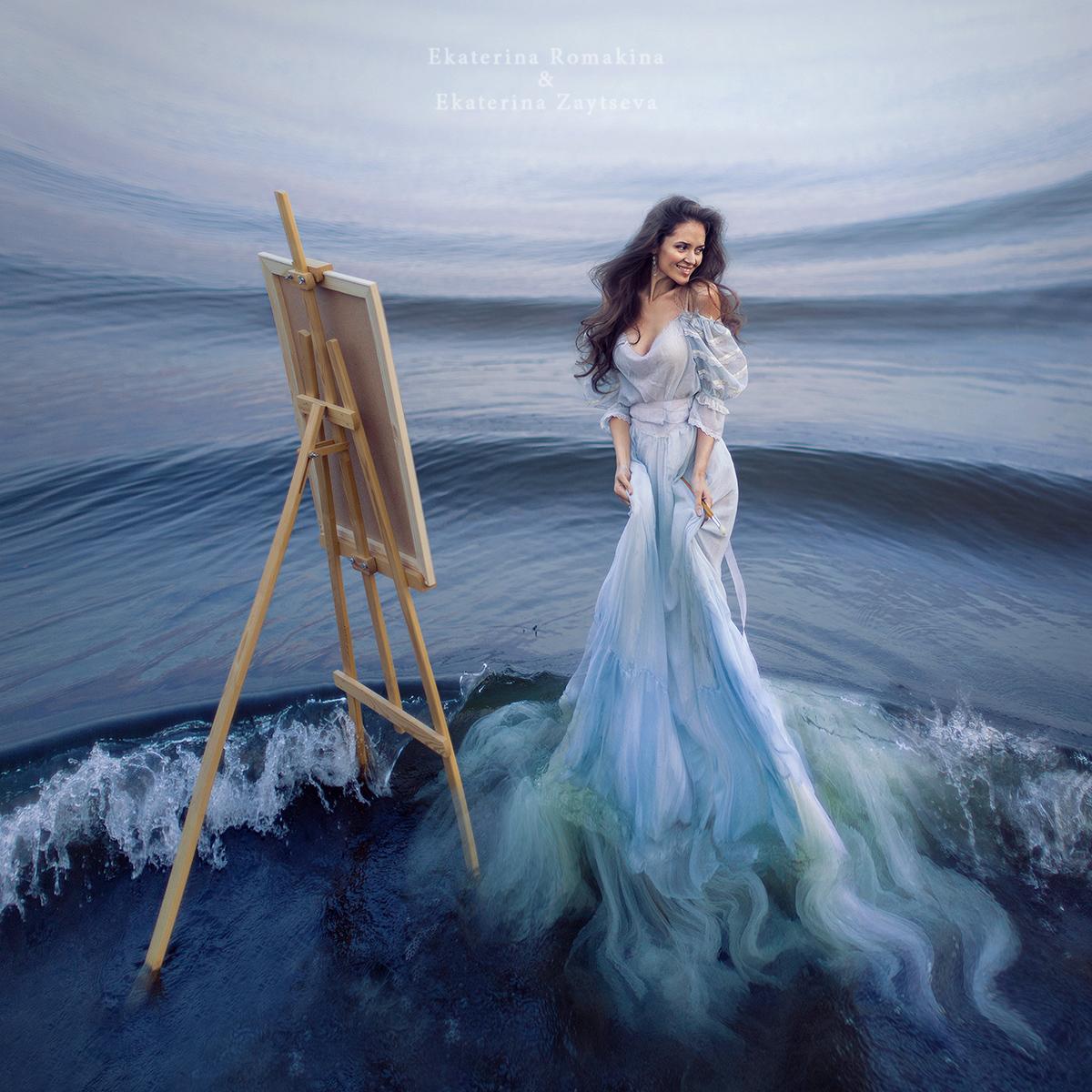 Фото Девушка в белом платье за мольбертом стоит на берегу моря среди набегающих на берег волн, фотограф Екатерина Ромакина