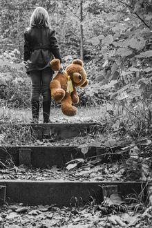 Фото Девочка с плюшевым медведем стоит на ступеньке заброшенной лестницы, by andrea candraja