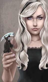Фото Светловолосая девушка с черной прядью держит на руке скелет мыши, переодетую в костюм смерти, by JuneJenssen