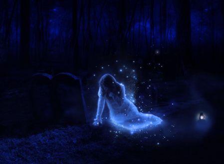 Фото Светящаяся девушка привидение сидит в ночной мгле, возле могильных камней, окруженная светлячками, by Drury-Lane
